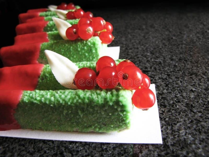 Sobremesas verdes da musse da manjericão com corintos vermelhos e esmalte vermelho na tabela de mármore fotografia de stock royalty free