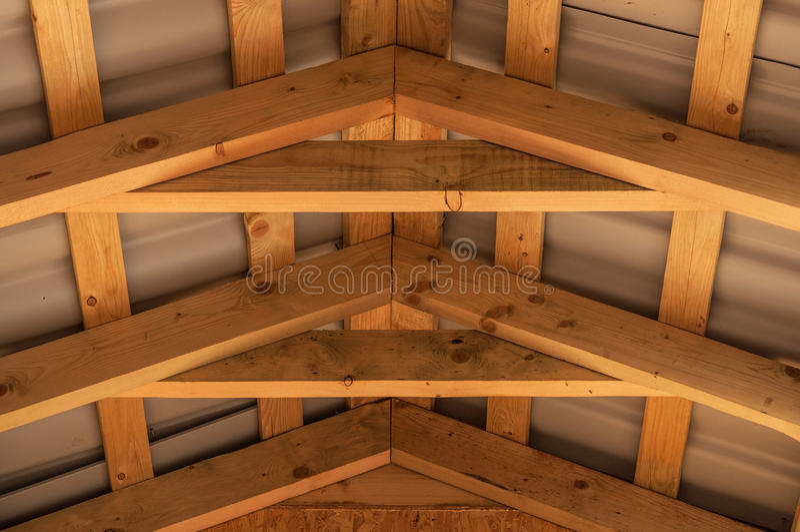 Sobrepõe a construção de madeira do telhado imagens de stock