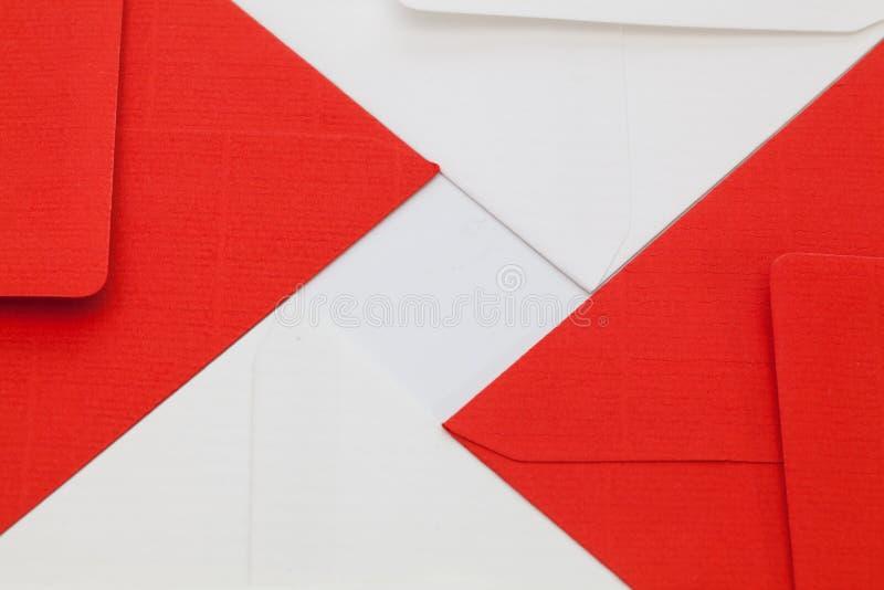 Sobres blancos y rojos en la tabla fotos de archivo libres de regalías