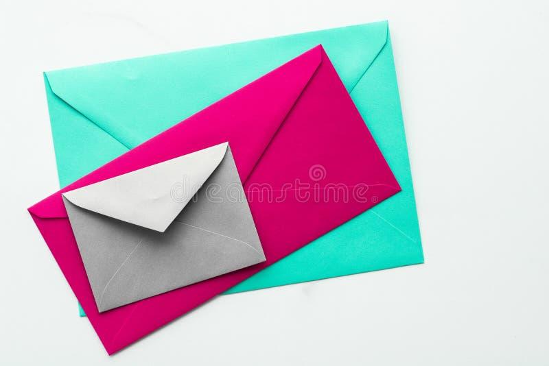 Sobres de papel en blanco en el fondo, la letra del correo del día de fiesta o el diseño de mensaje flatlay de mármol de la posta imagen de archivo