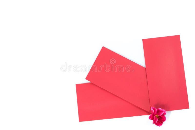 Sobres rojos chinos en blanco con las flores fotos de archivo