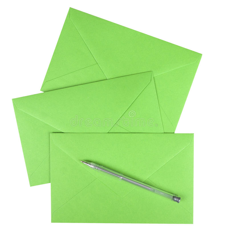 Sobres verdes con la pluma aislada sobre blanco fotos de archivo libres de regalías