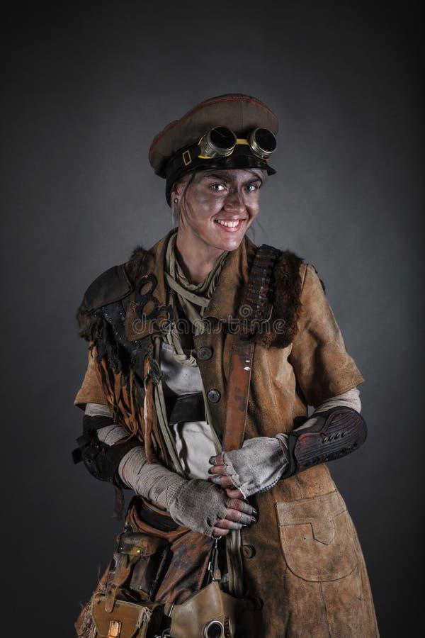 Sobrevivente da fêmea do apocalipse do cargo fotos de stock