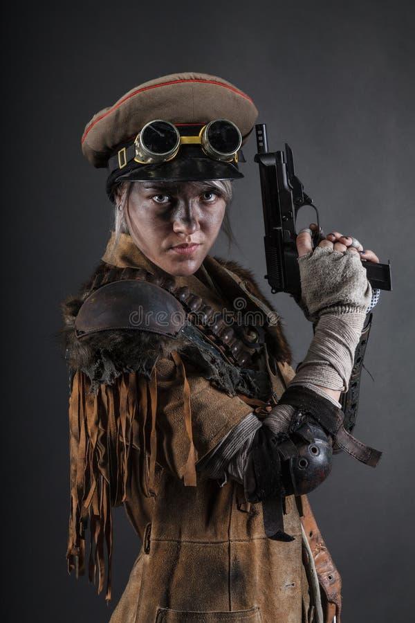 Sobrevivente da fêmea do apocalipse do cargo fotografia de stock