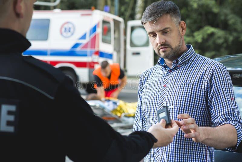 Sobriété de examen de policier de conducteur effrayé photographie stock