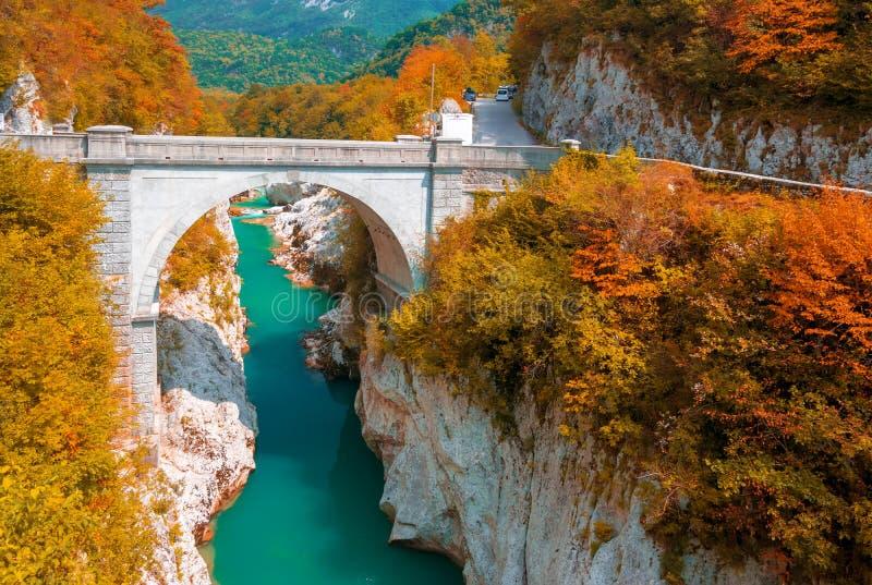 Soca在科巴里德,斯洛文尼亚附近的河和拿破仑` s桥梁秋天风景  免版税库存照片
