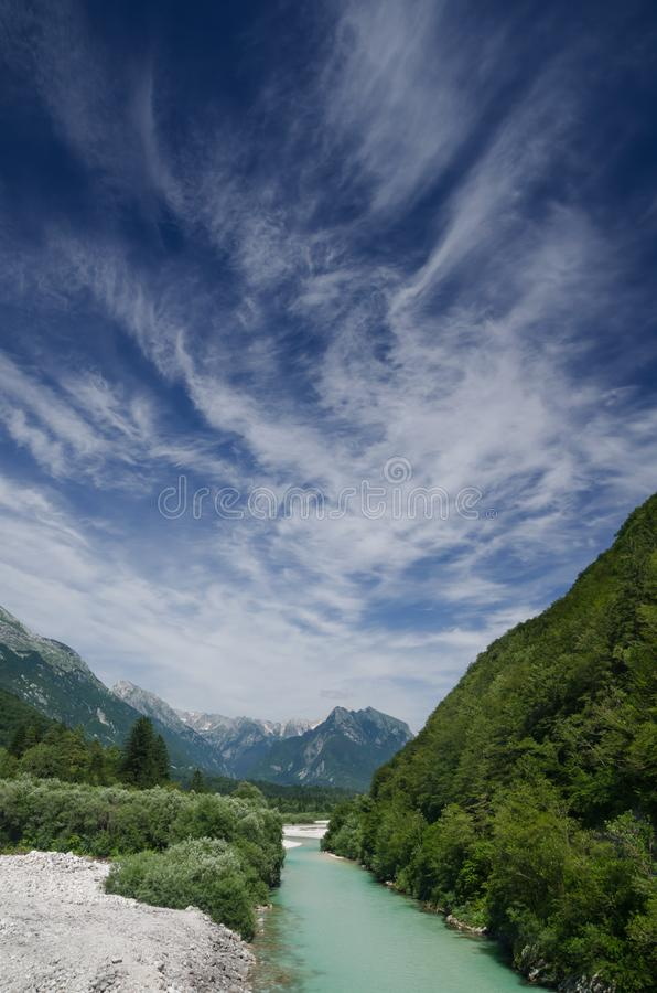Soca River Valley con le montagne, Slovenia fotografia stock libera da diritti
