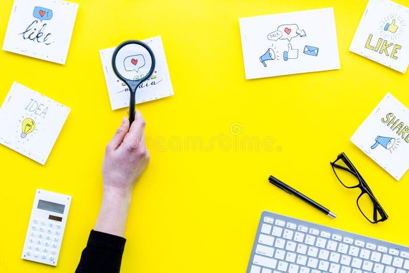 Socail medialne ikony na pracy biurku marketingowy ekspert Cyfrowej promocja towary i usługi Żółtego tła odgórny widok obrazy stock