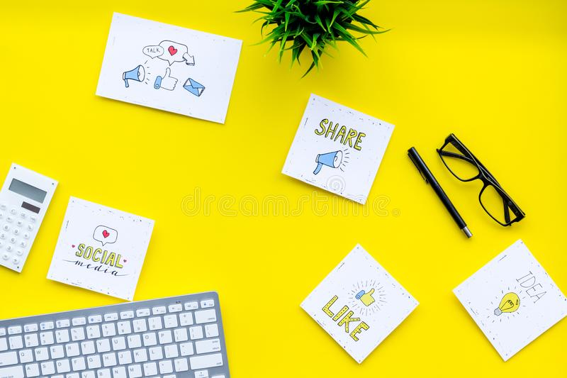 Socail medialne ikony na pracy biurku marketingowy ekspert Cyfrowej promocja towary i usługi Żółtego tła odgórny widok obraz stock