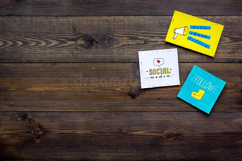 Socail medialne ikony na pracy biurku marketingowy ekspert Cyfrowej promocja towary i usługi Ciemny drewniany tło wierzchołek fotografia royalty free