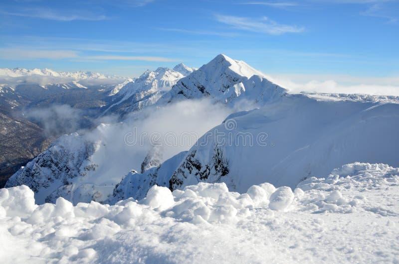 Sochi, Ρωσία, τοπίο βουνών, απόψεις της κορυφογραμμής Aibga Το χιονοδρομικό κέντρο Rosa Khutor στοκ εικόνες