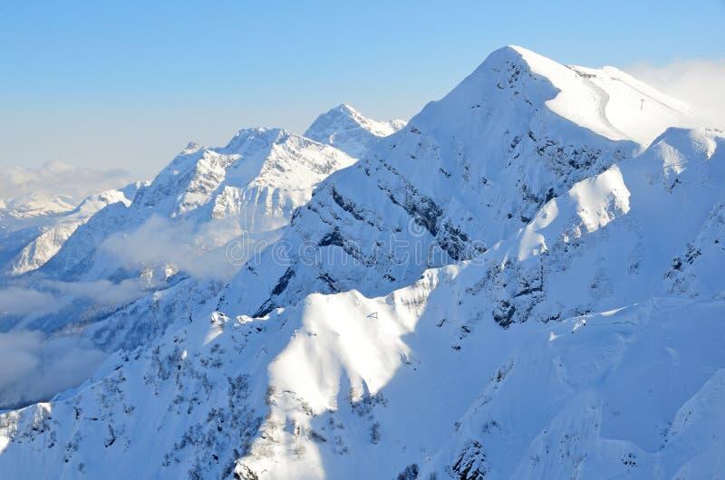 Sochi, Ρωσία, τοπίο βουνών, απόψεις της κορυφογραμμής Aibga Το χιονοδρομικό κέντρο Rosa Khutor στοκ φωτογραφία με δικαίωμα ελεύθερης χρήσης