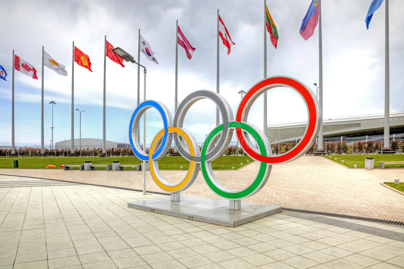 Sochi Anéis olímpicos na área olímpica imagem de stock royalty free