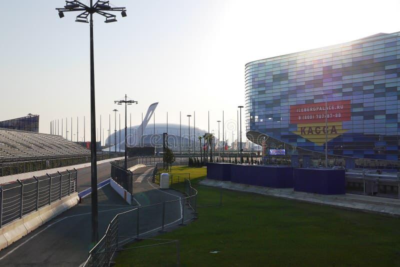 Sochi Autodrom, góra lodowa Łyżwiarski pałac, Olimpijski płomień przy zmierzchem Rosja obraz royalty free