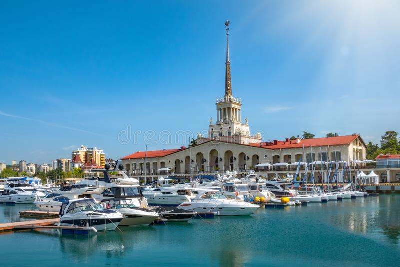 Sochi Marine Station och marina havet bredvid den på en tydlig sommardag royaltyfria foton