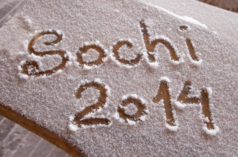 Sochi OS:er 2014 som är skriftliga på snön med ett finger arkivfoton