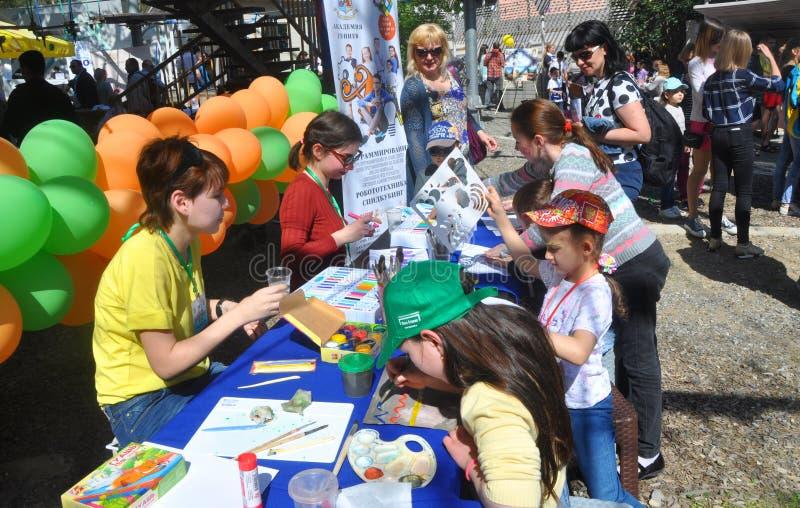 SOCHI, RÚSSIA - 8 DE ABRIL DE 2018: As crianças tiram pinturas em um feriado do ` s das crianças imagem de stock