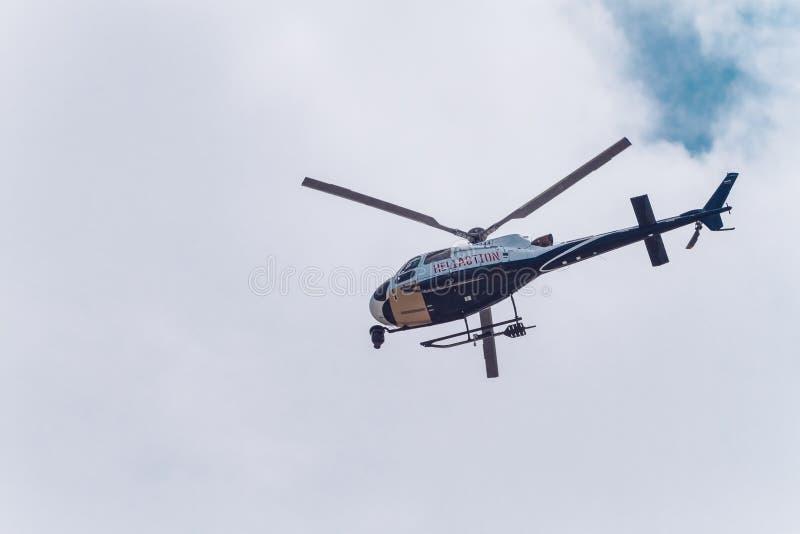Sochi, Rússia - 29 de ABRIL de 2016: helicóptero no céu acima da Fórmula 1 Race Track foto de stock royalty free
