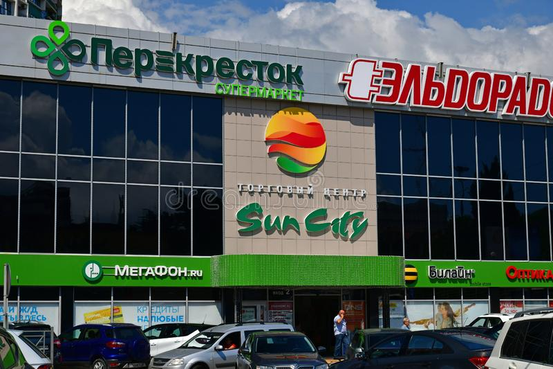 Sochi, Rússia - 2 de junho 2018 Alameda de Sun City na rua de Severnaya foto de stock