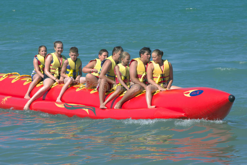 Sochi, Rússia - 24 de junho de 2014, os povos montam em uma jangada inflável na forma de uma banana foto de stock royalty free