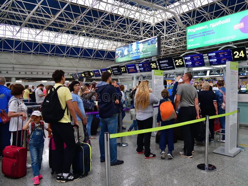Sochi, Rússia - 6 de junho 2018 enfileire às mesas de registro da linha aérea Pobeda no aeroporto internacional Adler foto de stock royalty free