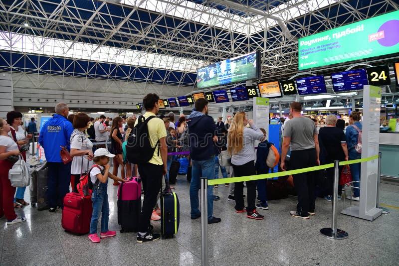 Sochi, Rússia - 6 de junho 2018 enfileire às mesas de registro da linha aérea Pobeda no aeroporto internacional Adler fotografia de stock