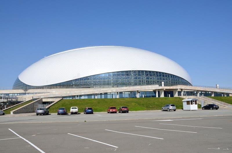 Sochi, Rússia, março, 01, 2016 Ninguém, carros perto de Bolshoi congela o palácio para o hóquei em gelo no parque de Olimpic imagens de stock royalty free