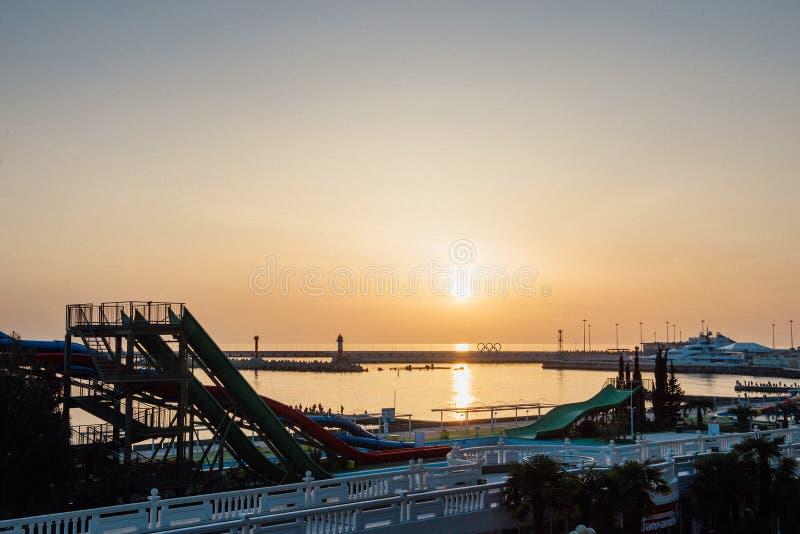 SOCHI, RÚSSIA, O 9 DE ABRIL DE 2016: Por do sol no porto imagem de stock royalty free