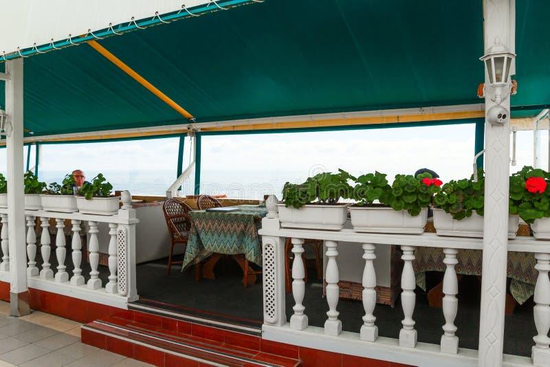 SOCHI, RÚSSIA, O 20 DE ABRIL DE 2019 - uma tabela em um restaurante na praia no tempo ensolarado imagem de stock royalty free