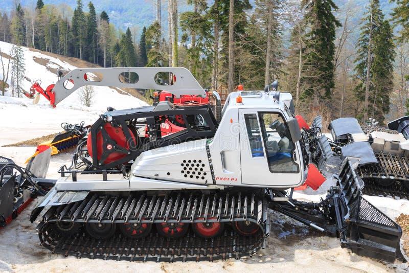 SOCHI, RÚSSIA, O 2 DE MAIO DE 2017: Máquinas especiais para a preparação de corridas de esqui no fundo das montanhas na mola fotos de stock royalty free