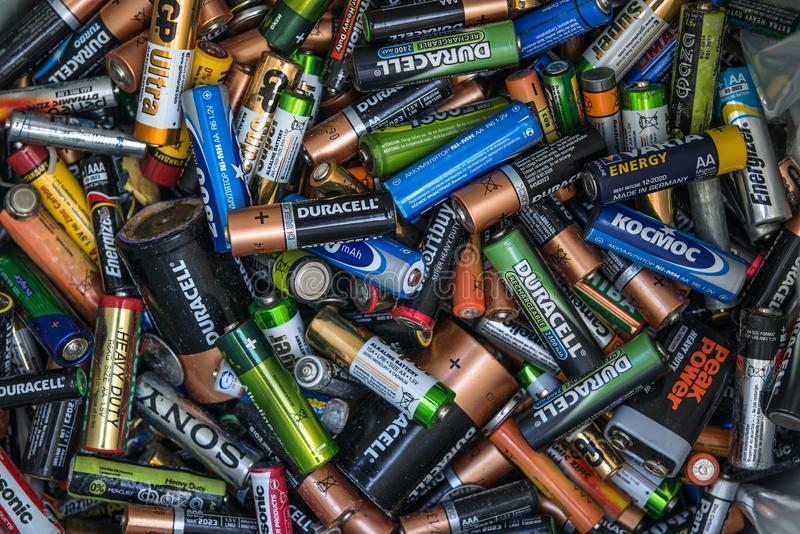 SOCHI, RÚSSIA, O 30 DE SETEMBRO DE 2017: Muitas baterias usadas fotografia de stock royalty free