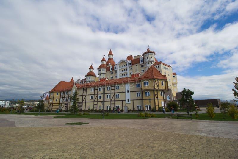 SOCHI, RÚSSIA, OUTUBRO, 27, 2017: Hotel de Bogatyr perto do parque olímpico Krai de Krasnodar, Rússia imagem de stock royalty free