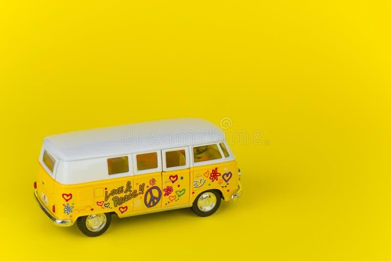 SOCHI, R?SSIA, O 24 DE MAIO DE 2019 - brinquedo retro do ?nibus de volkswagen isolado sobre o fundo amarelo foto de stock royalty free