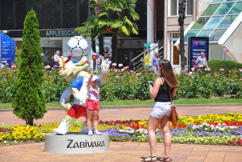 SOCHI ROSJA, CZERWIEC, - 5, 2017: Ludzie fotografują blisko Zabivaki zdjęcia royalty free