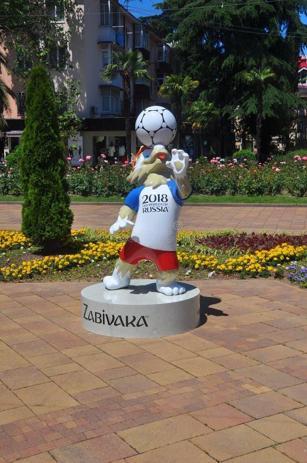 SOCHI ROSJA, CZERWIEC, - 5, 2017: Maskotka FIFA puchar świata 2018 na Navaginskaya ulicie obrazy stock