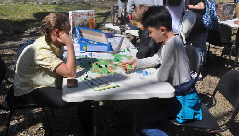 SOCHI ROSJA, KWIECIEŃ, - 8, 2018: dzieci bawić się grę planszowa obraz stock