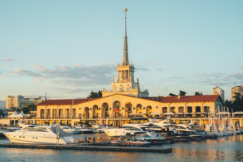 Sochi Rosja, Lipiec, - 14, 2016: Portu morskiego budynek z cumowniczymi łodziami w Sochi, Rosja obraz stock