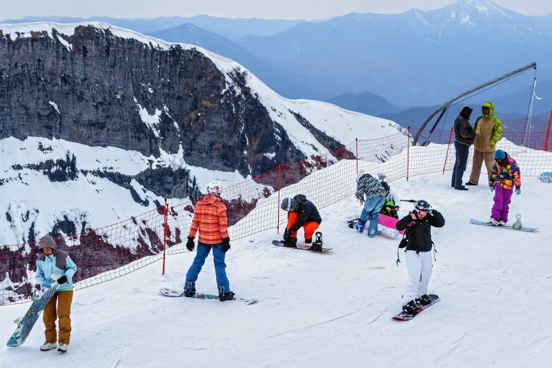 Sochi Rosja, Marzec, - 28, 2014: Narciarski skłon Gorky Gorod halny ośrodek narciarski przy zimą Ludzie snowboarders stojaka na n obrazy stock