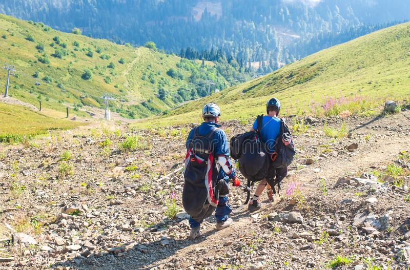 Sochi, Rusia - 19 de agosto de 2018: Los atletas se están preparando para volar un ala flexible Días de fiesta en las montañas imágenes de archivo libres de regalías