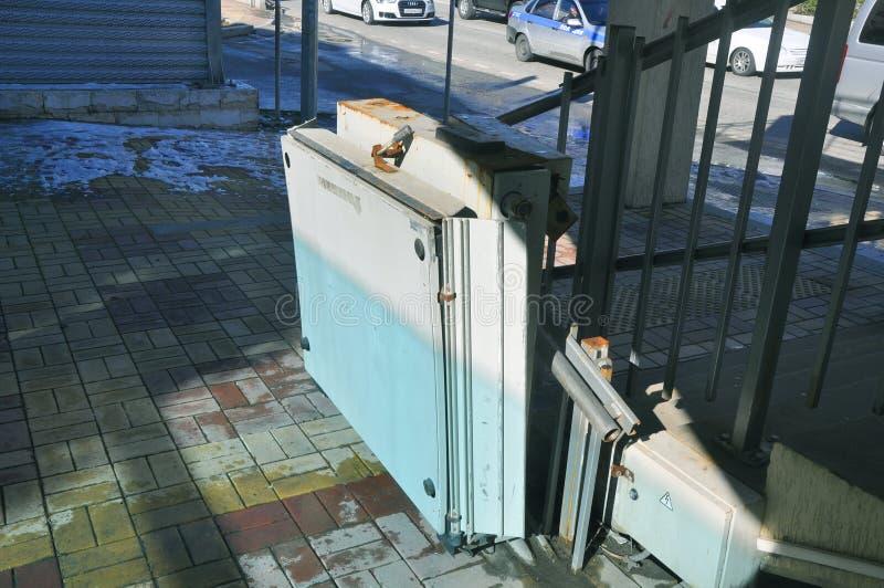SOCHI, RUSIA - 16 DE FEBRERO DE 2017: Vieja plataforma de elevación para las personas discapacitadas fotografía de archivo libre de regalías