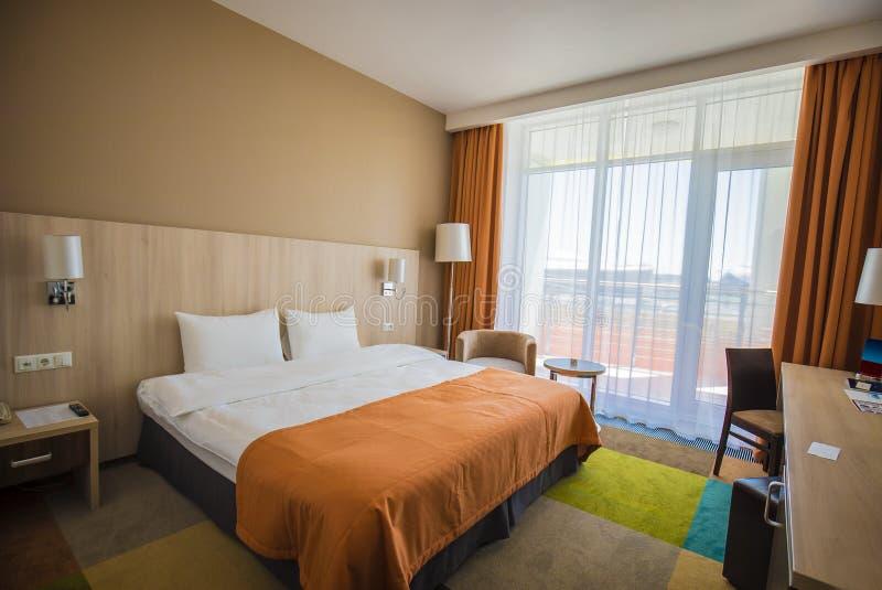 Sochi, Rusia - 6 de julio: Interior de Tulip Inn Omega de una habitación para dos personas Diseño moderno foto de archivo libre de regalías