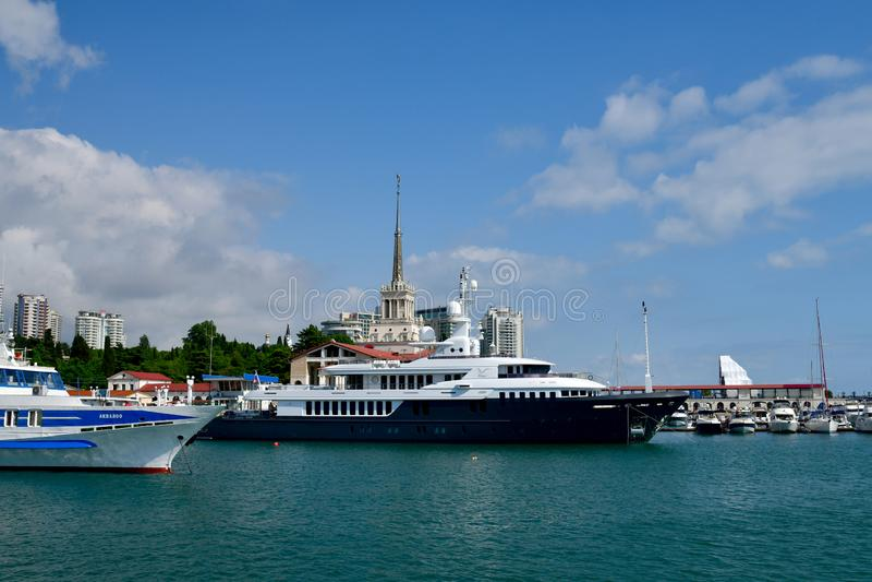 Sochi, Rusia - 2 de junio 2018 Chayka es yate poseído por la administración presidencial en el embarcadero del mar fotografía de archivo
