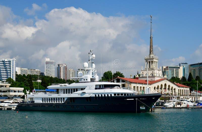 Sochi, Rusia - 2 de junio 2018 Chayka es yate poseído por la administración presidencial en el embarcadero del mar imágenes de archivo libres de regalías