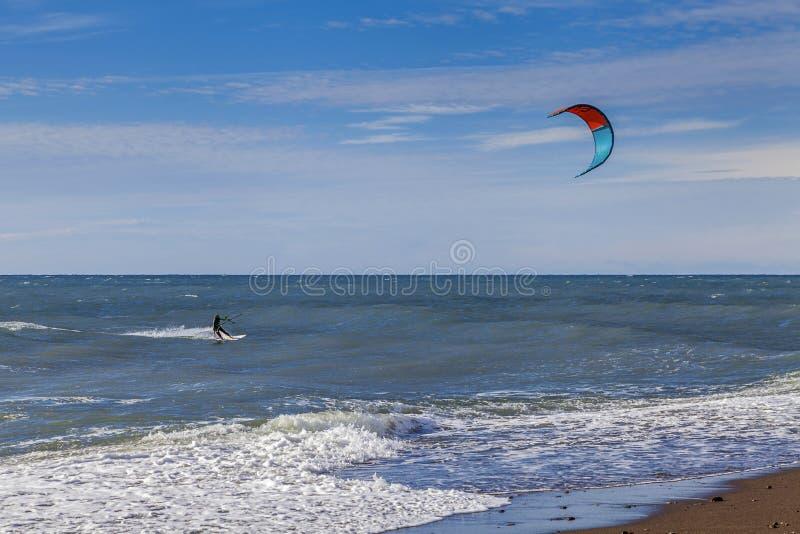 SOCHI, RUSIA - 3 DE NOVIEMBRE DE 2016: Kiting cerca de la playa imágenes de archivo libres de regalías