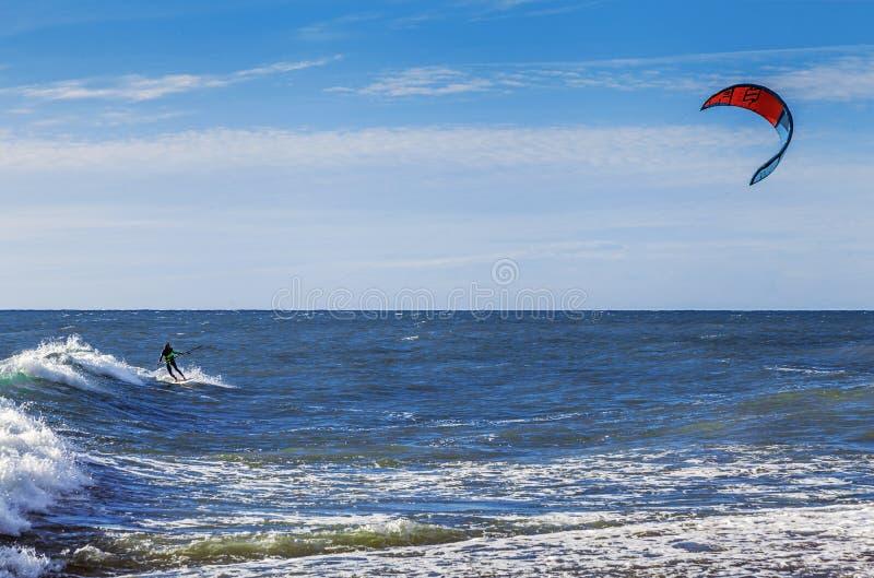 SOCHI, RUSIA - 3 DE NOVIEMBRE DE 2016: Kiting en el Mar Negro imagenes de archivo