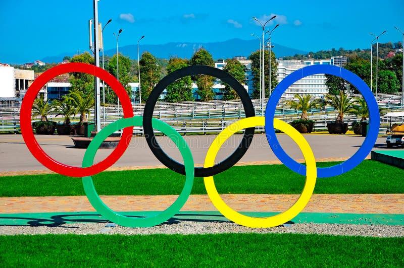 Sochi, Rusia - 2 de octubre de 2018 - parque olímpico de Sochi Anillos ol?mpicos imagen de archivo libre de regalías