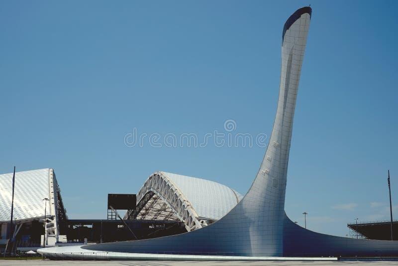 Sochi, Rusia, el 5 de julio de 2016: La taza de llama olímpica en el parque olímpico y el estadio ' Fisht' en parque olímpico foto de archivo