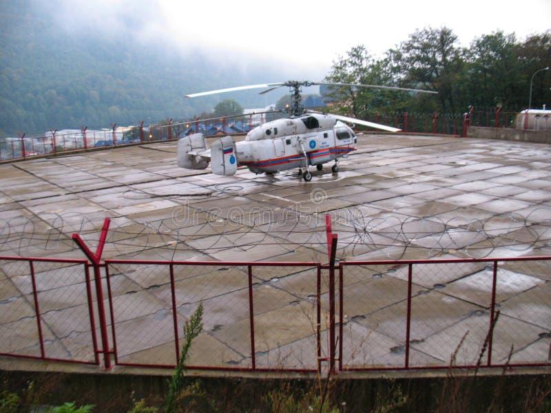 Sochi, Rusia - septiembre de 2013: Helicóptero del rescate en el pequeño aeropuerto en Krasnaya Polyana fotos de archivo libres de regalías
