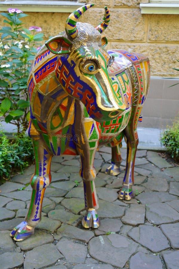 SOCHI-/RUSSIANvereinigung - JULI 2014: Statue der Kuh draußen stockfotos