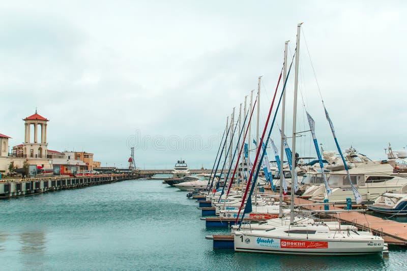 SOCHI, RUSSLAND, AM 18. APRIL 2019 - private Boote und Yachten am Pier stockbild